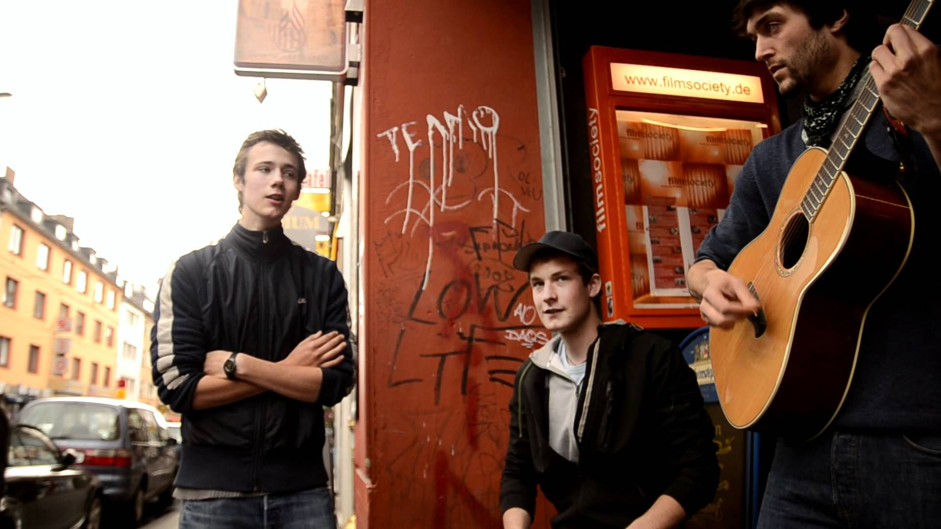 хеннинг май с группой поют на улице