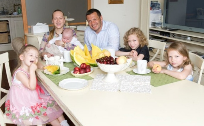 Владимир Соловьев с женой и детьми