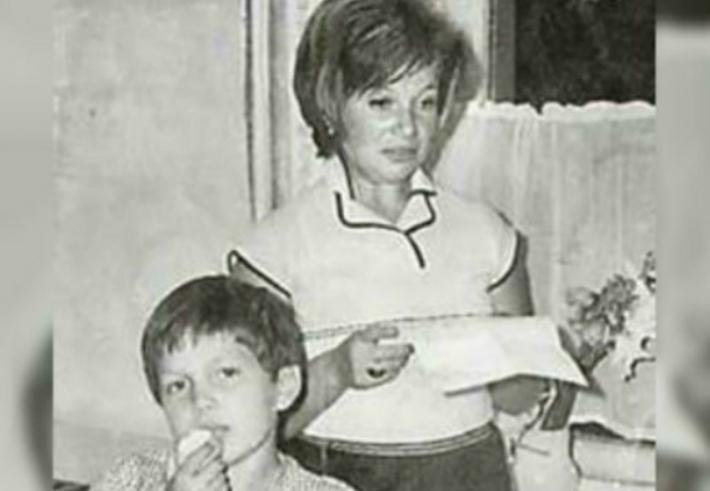 Владимир Соловьев в детстве с мамой