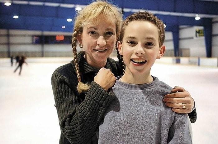 Адам Риппон с мамой на льду