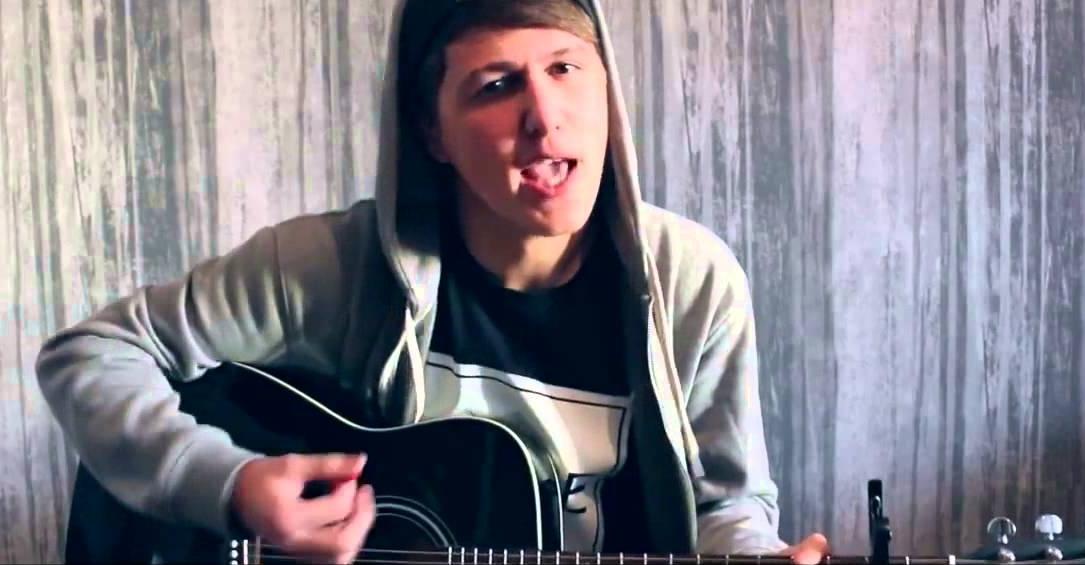 Руслан Тушенцов с гитарой