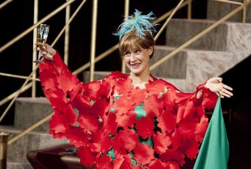Евгения Дмитриева играет в театре