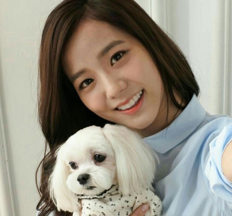 Джису Ким с собакой