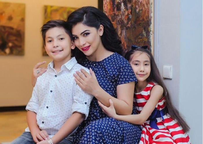 Райхон Уласенова с детьми