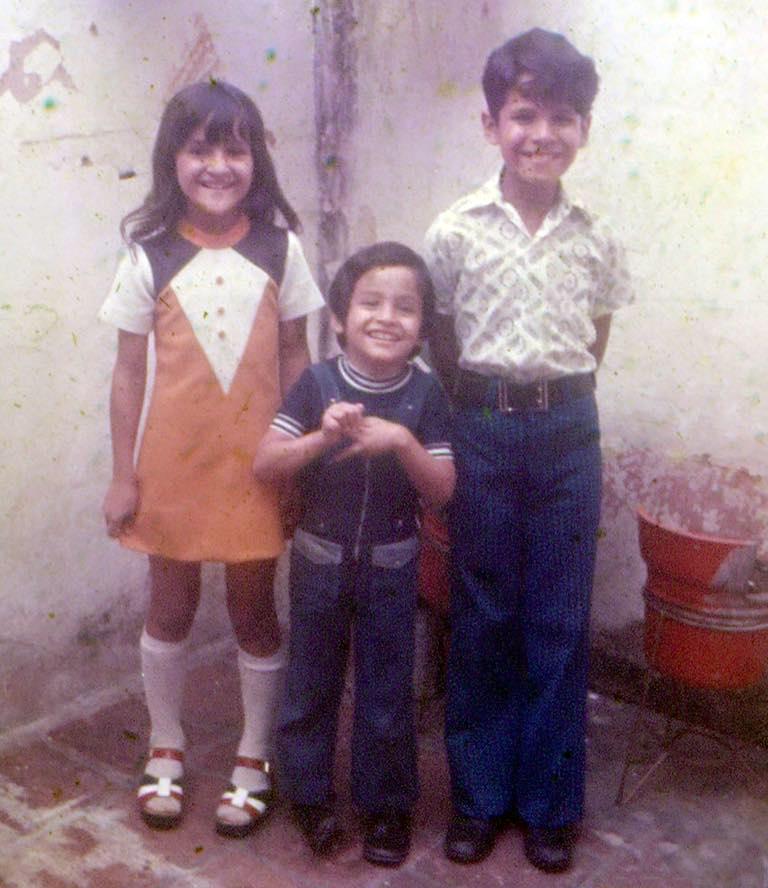 Эктор Хименес-Браво (в центре) с братом и сестрой