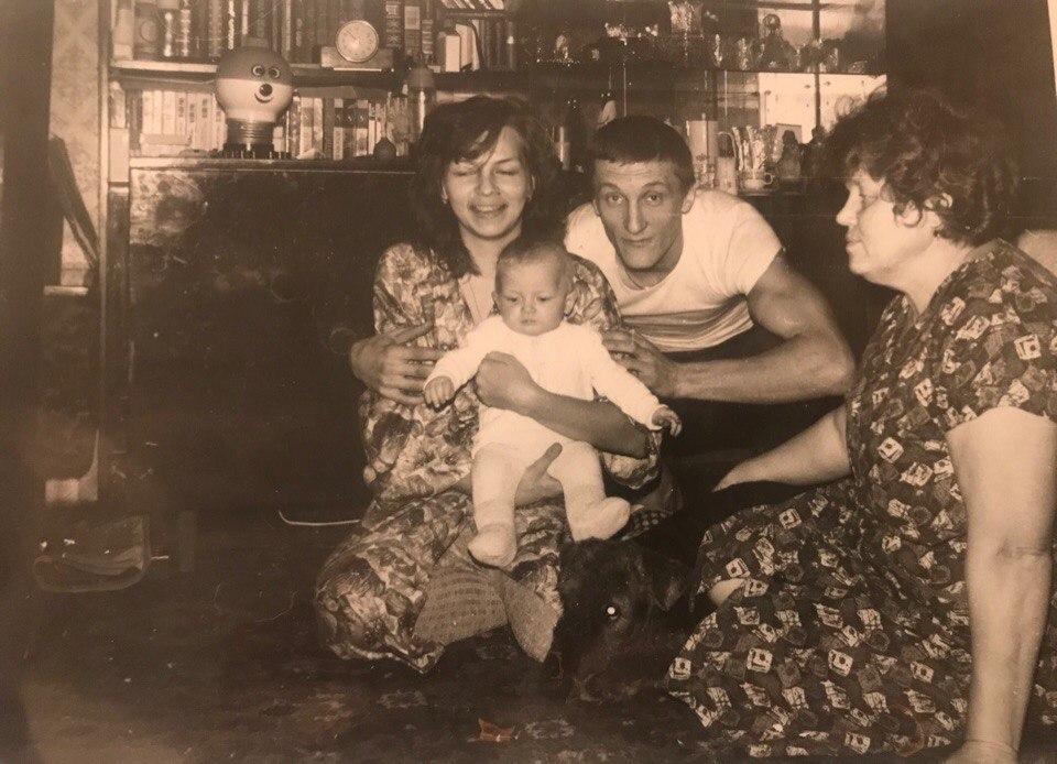 Мария Шейх в детстве с родителями