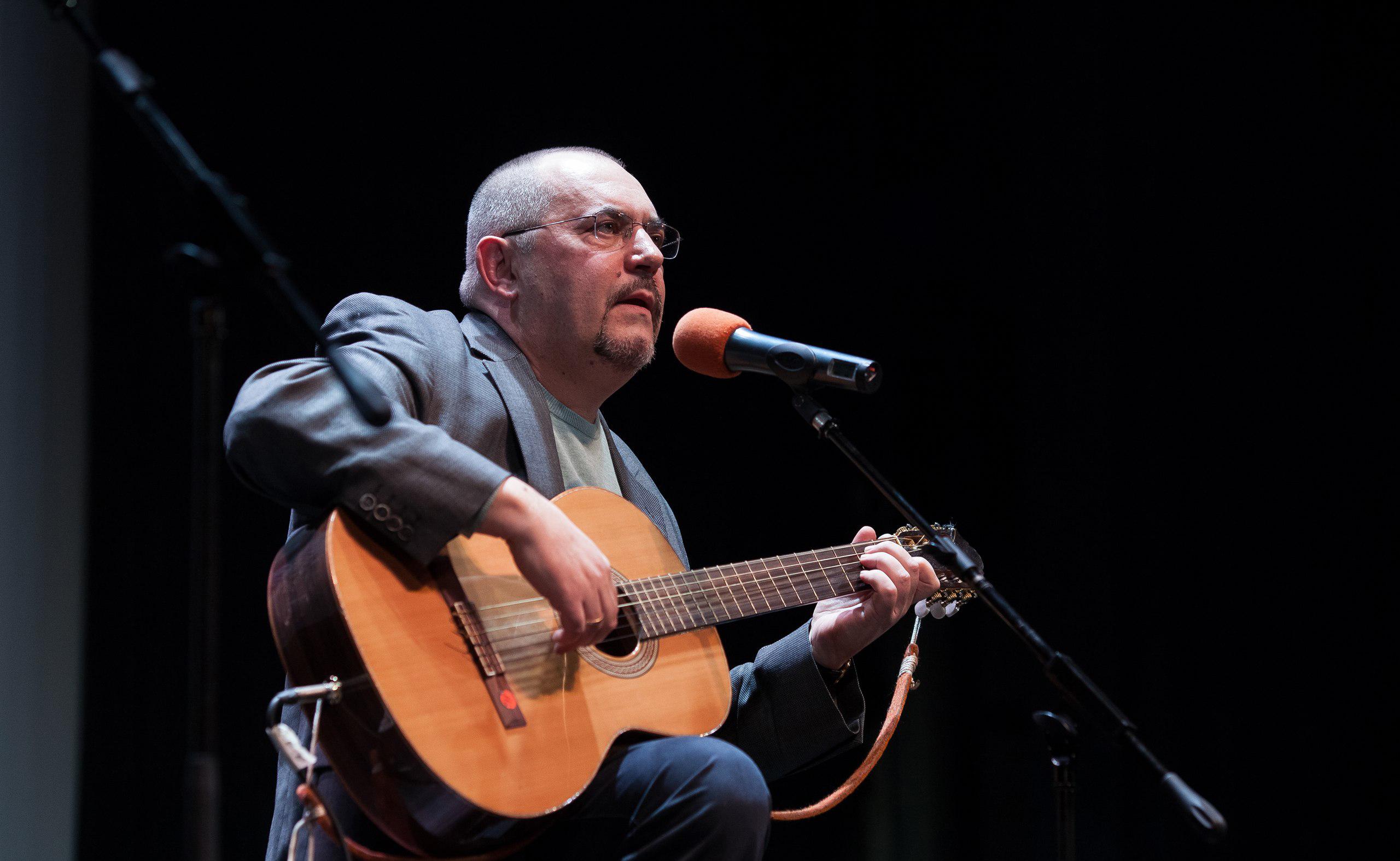 Борис Надеждин играет на гитаре