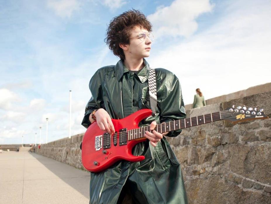 марк маккена с гитарой