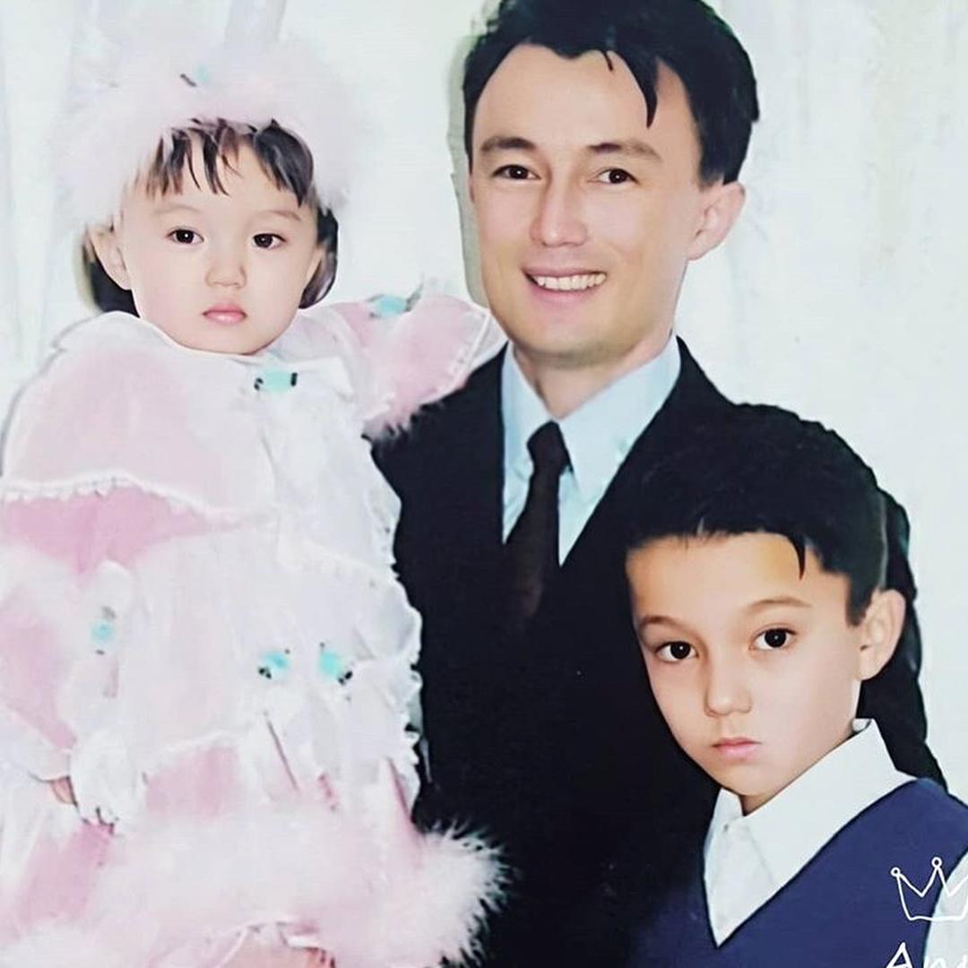 Димаш Кудайбергенов с сестрой и отцом