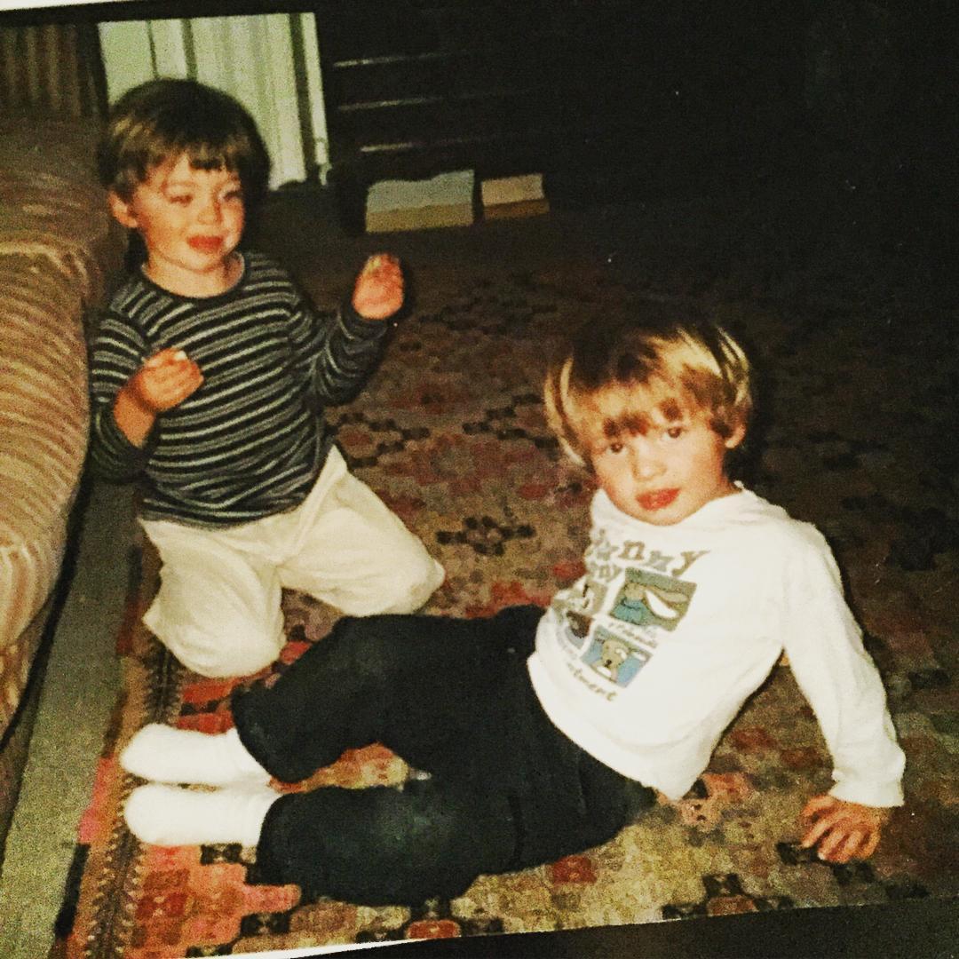 Хиро Файнс Тиффин в детстве с братом