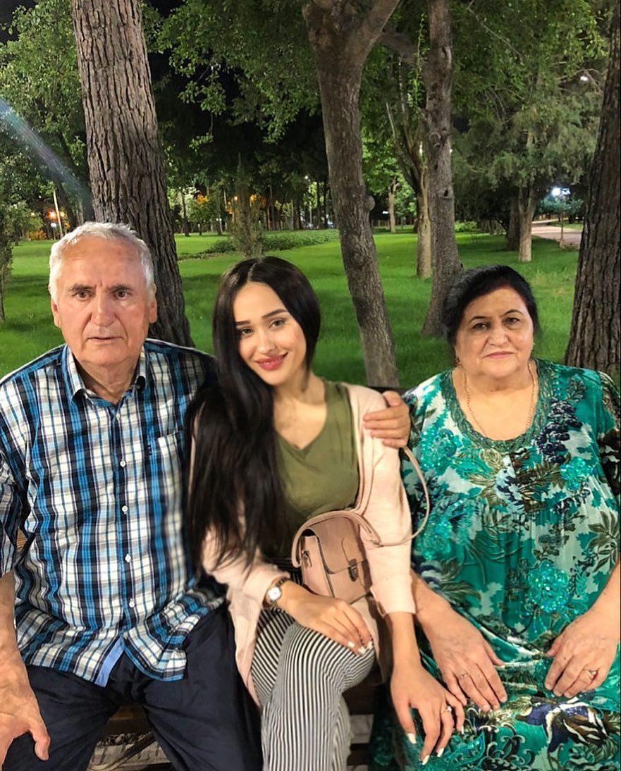 Мадина Акназарова с дедушкой и бабушкой