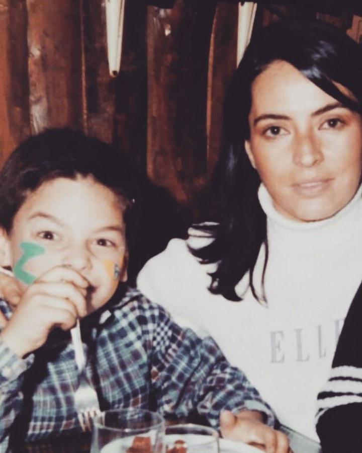 Акын Акынозю в детстве с мамой