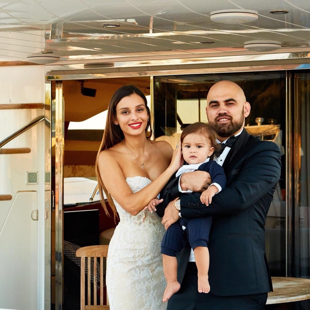 Артем Умрихин с женой и сыном