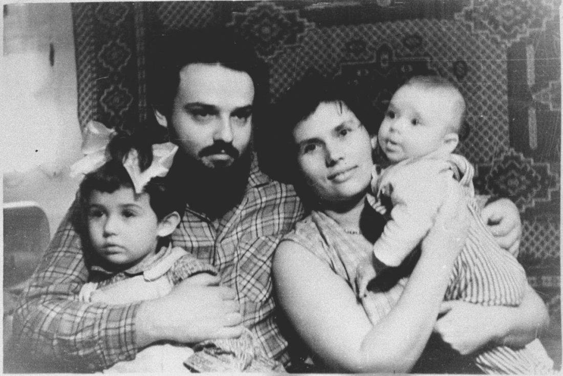 Андрей Ткачев в детстве с родителями и сестрой