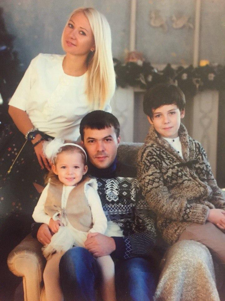 Кирилл Скрипник с родителями и сестрой