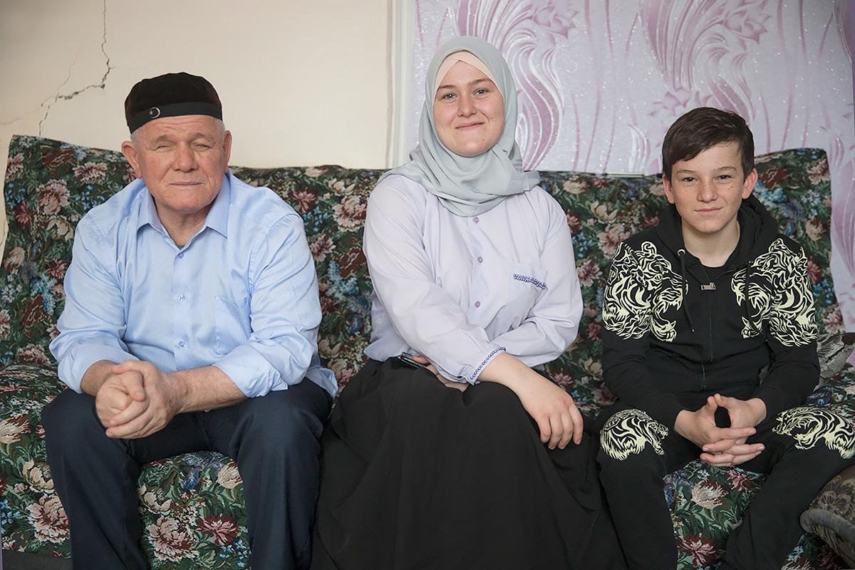 Юсуп с отцом и сестрой