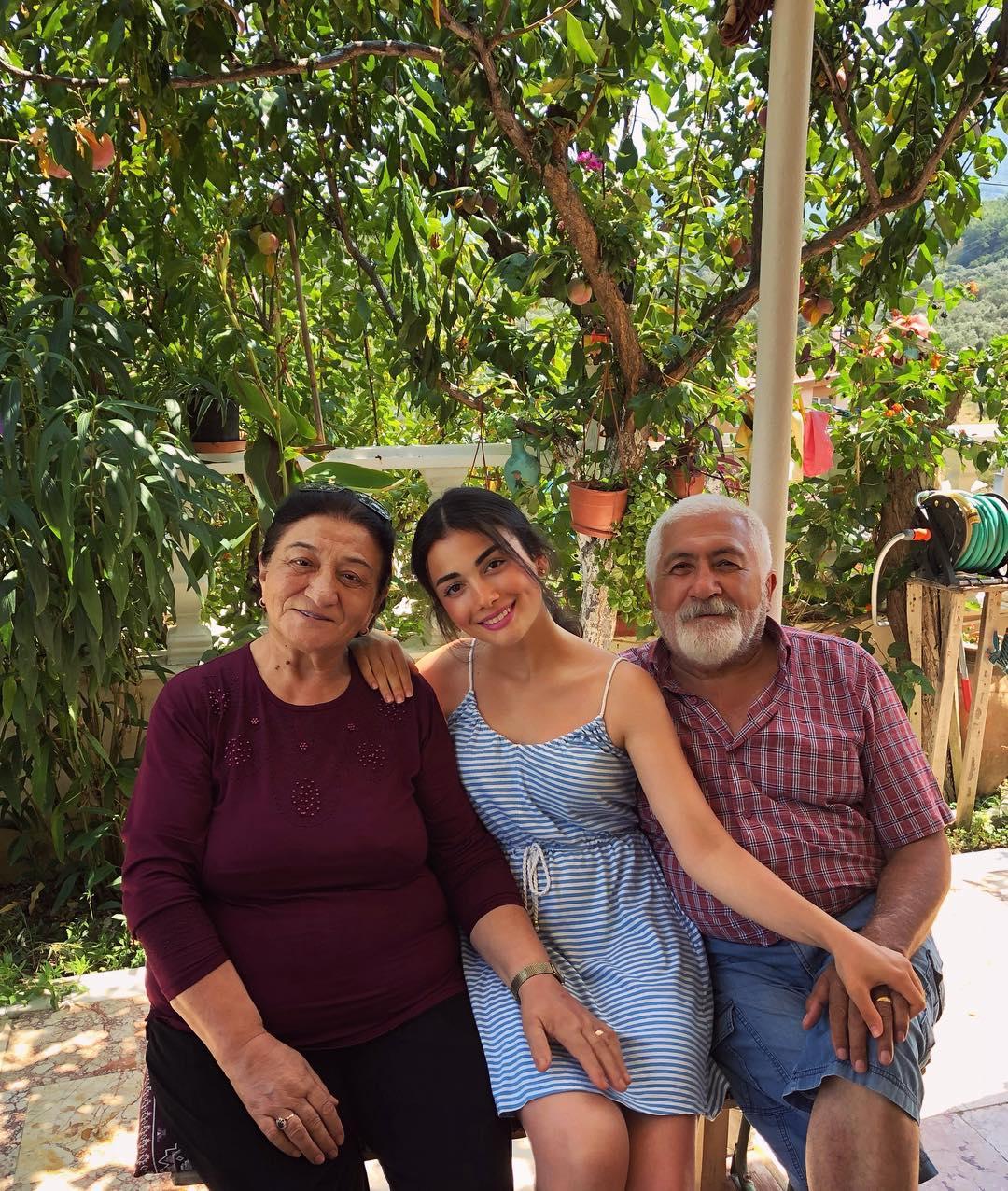 Озге Ягыз с бабушкой и дедушкой