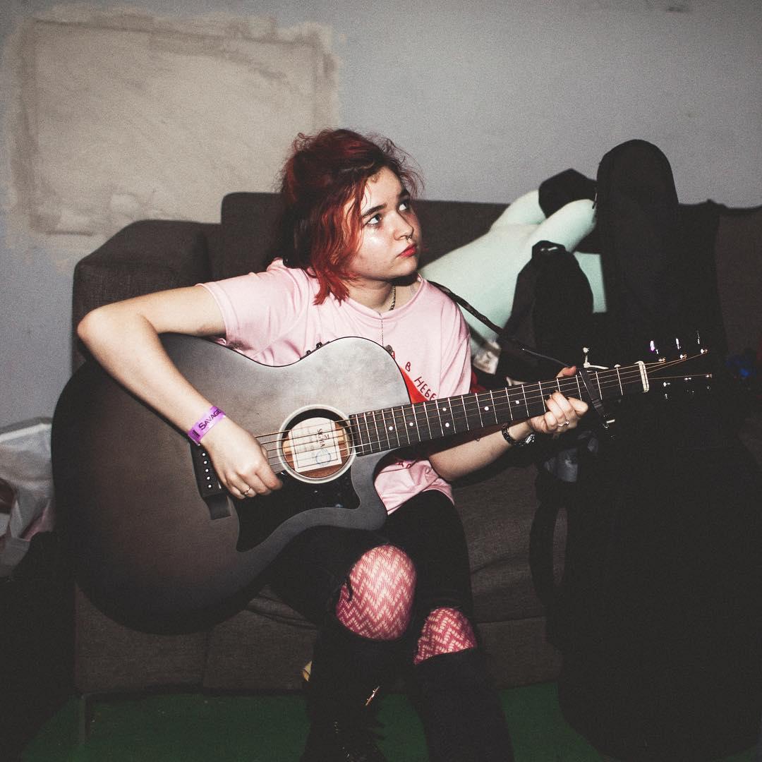 Алёна Швец с гитарой