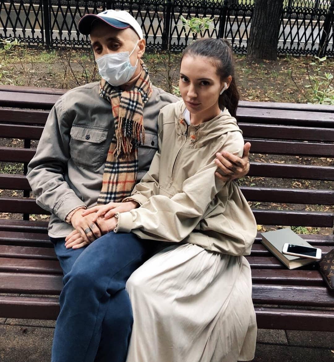 саша скул с девушкой