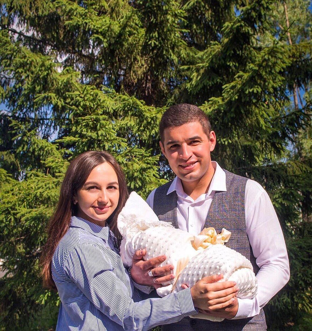 Ильнар Гильманшин с женой и ребенком