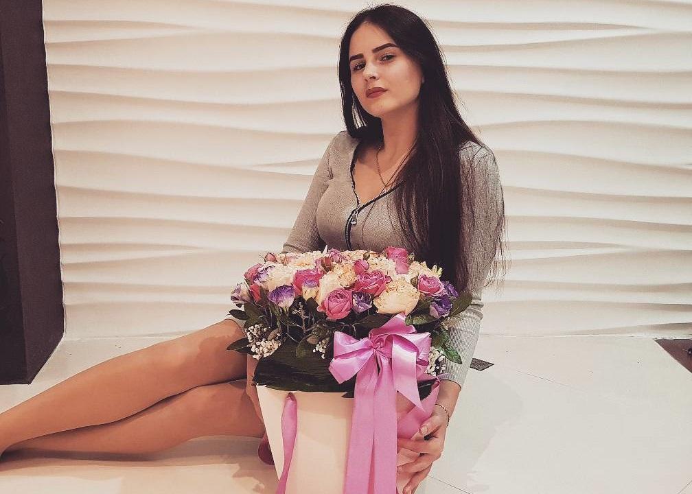 Аделина Мандарина поздравляет мужа