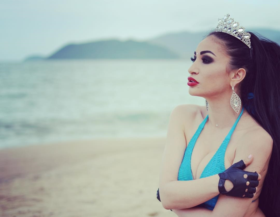 Алина Ян на пляже