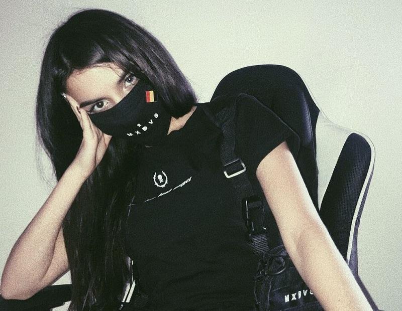 Амина Мирзоева во время стрима