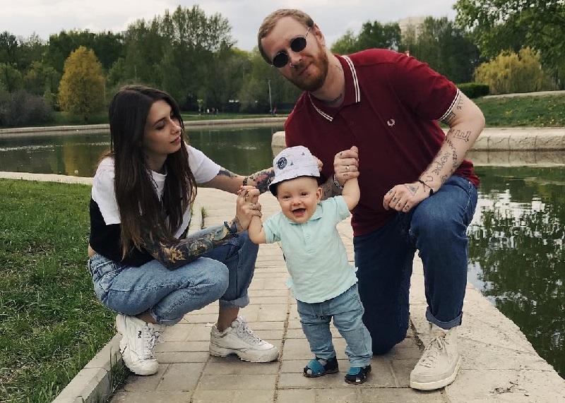 Феликс Бондарев с девушкой Лерой и сыном Демьяном
