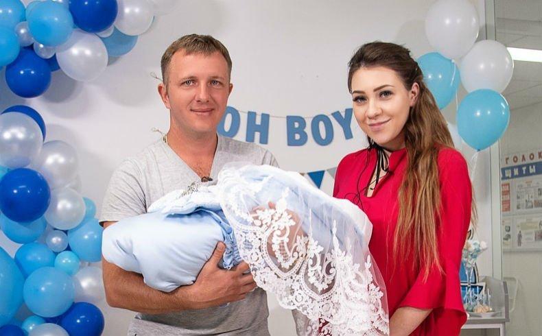 Илья Яббаров и Алена Савкина на выписке сына Богдана