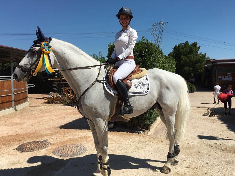 Карина Ротенберг верхом на коне