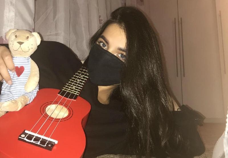 Tenderlybae с гитарой